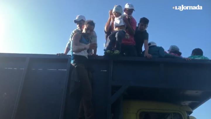 Avanza caravana migrante de Mapastepec a Pijijiapan, Chiapas