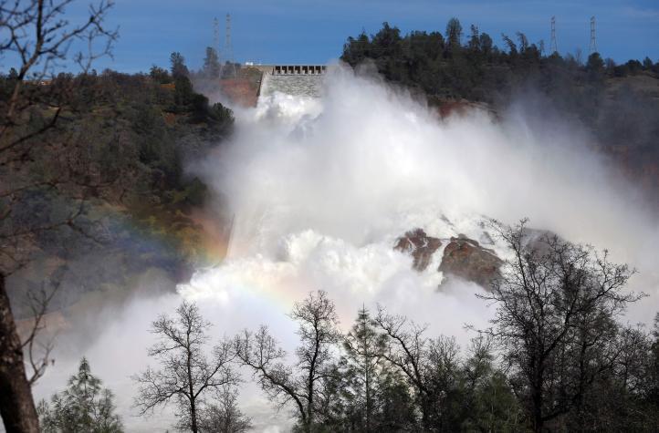 Levantan evacuación por daños en represa de California