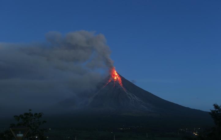 Se registra erupción en Filipinas; residentes son evacuados