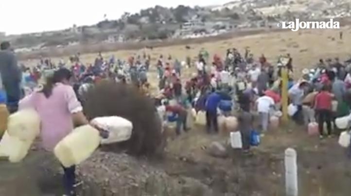 Pobladores mexiquenses rompen ducto de Pemex para sacar gasolina
