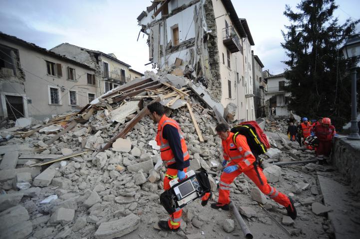 Por lo menos 73 personas fallecen por sismo en Italia