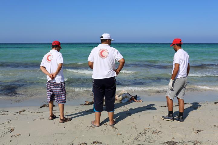 Siguen recuperando cuerpos de migrantes ahogados en Libia