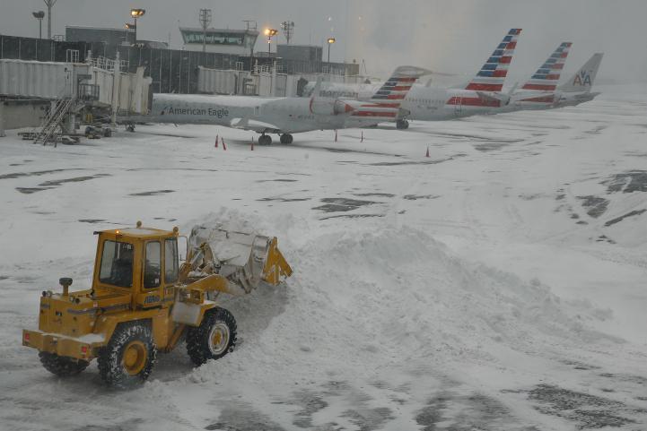 Cancelaciones de vuelos rompen récord por tormentas en EU