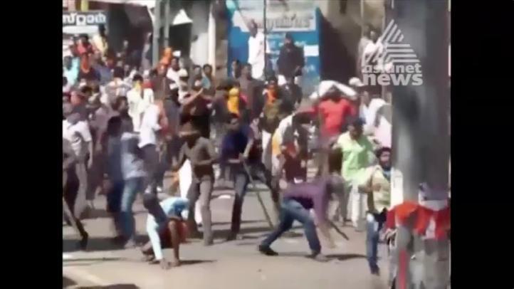 Protestan conservadores contra entrada de mujeres en templo indio