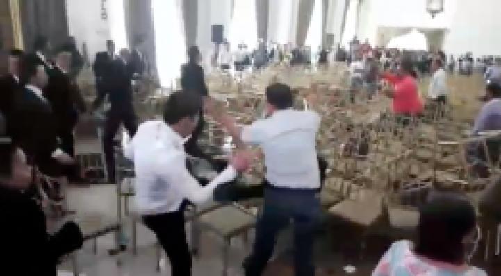 Zacatecas: Guardias de seguridad revientan a golpes un congreso del SNTE