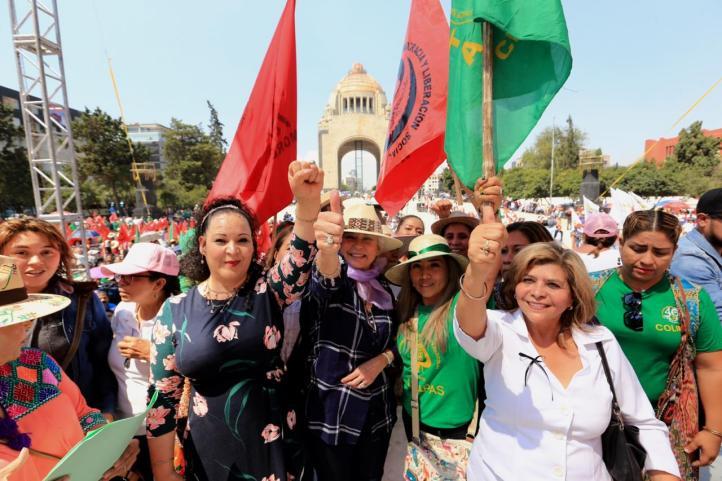 Olga Sánchez Cordero marcha con mujeres campesinas