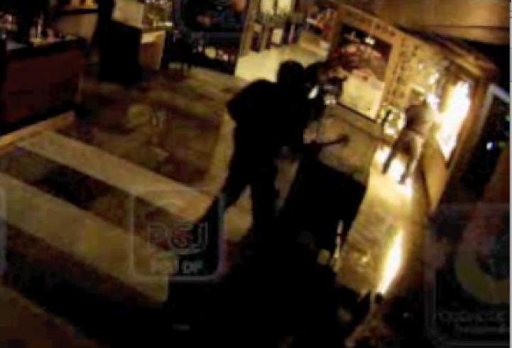 Captan en video asalto a joyería de tienda departamental