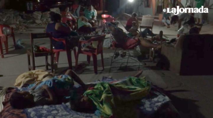 Ante el temor de que vuelva a temblar, en Juchitán duermen en las calles