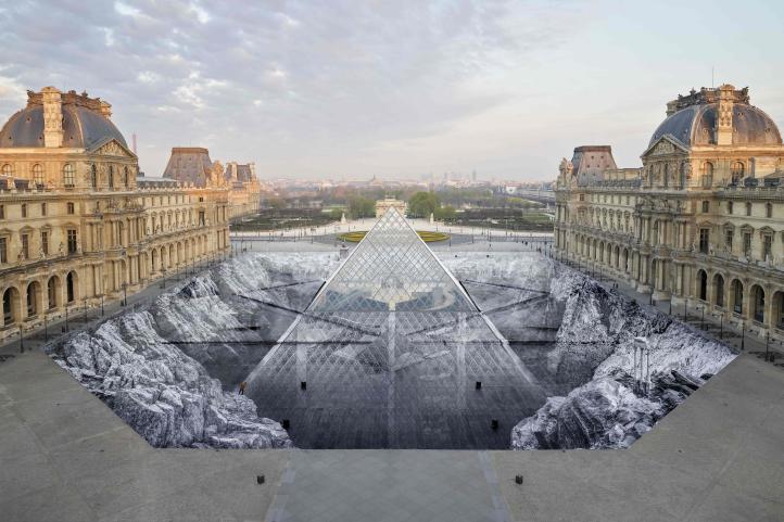 Artist plástico intervine Museo de Louvre