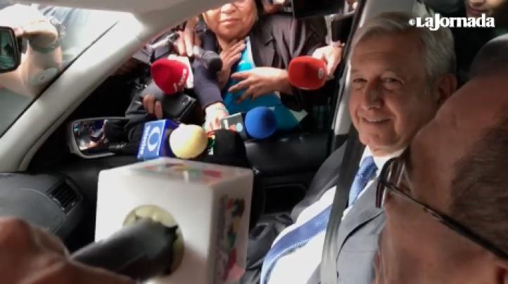 """""""Amor y paz"""", le dice AMLO a los medios"""