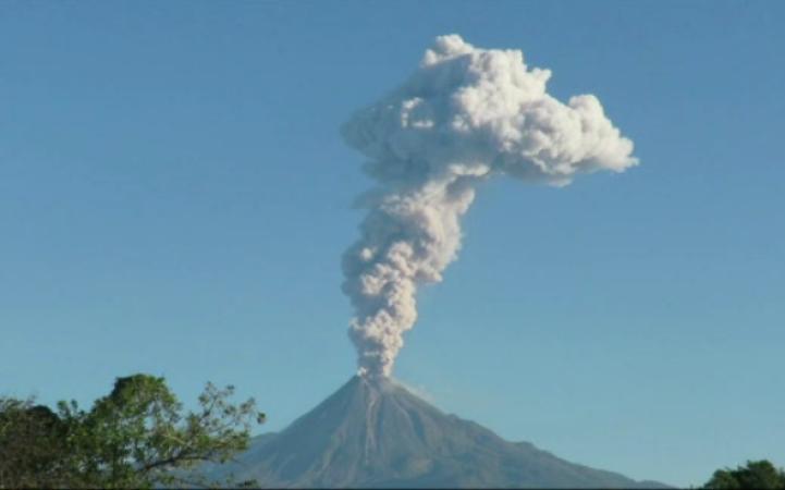 Volcán de Colima lanza fumarola de 3 mil metros
