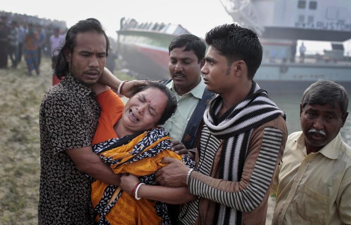 Al menos 70 muertos en naufragio de ferry en Bangladesh