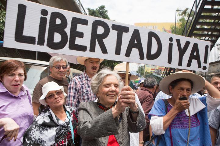 Nestora Salgado levanta huelga de hambre