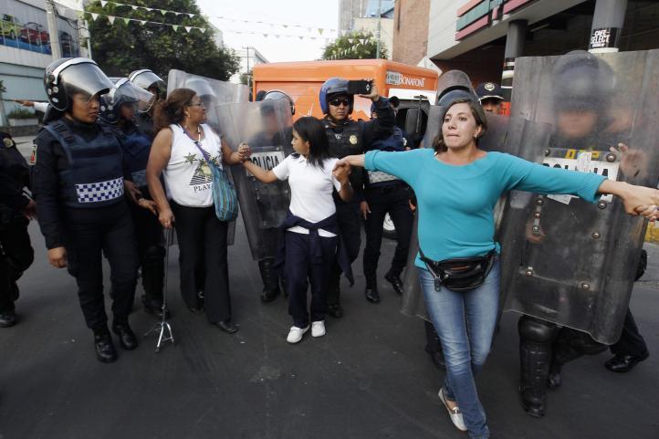Bloquean casi 6 horas el Eje Central por aguinaldo y pensiones; granaderos los repliegan.