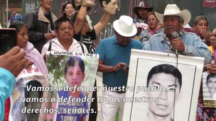 Familiares de los normalistas de Ayotzinapa se manifiestan en la PGR