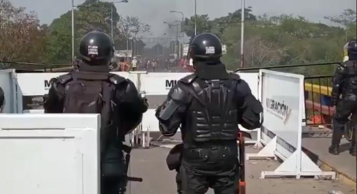 Policía colombiana permite paso de manifestantes hacia Venezuela