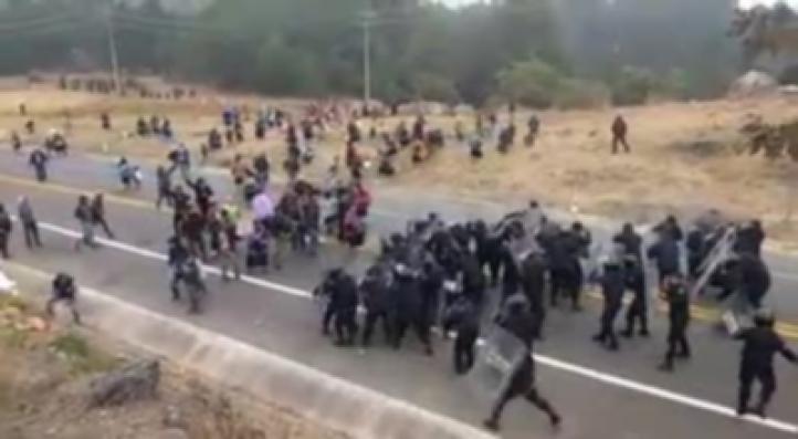 Policía desaloja bloqueo de desplazados de Chenalhó