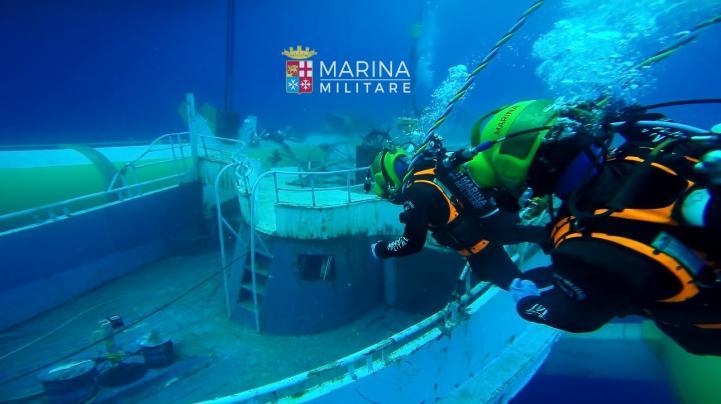 Italia recupera barco que naufragó con 700 personas
