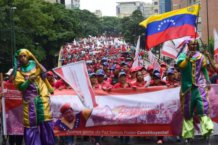 Marchan miles de venezolanos contra Trump