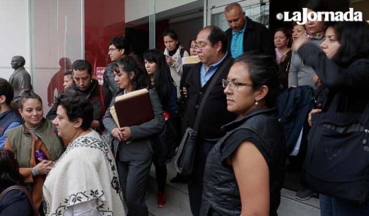 Un nutrido grupo de trabajadores de La Jornada sale de las instalaciones, cerradas por el sindicato