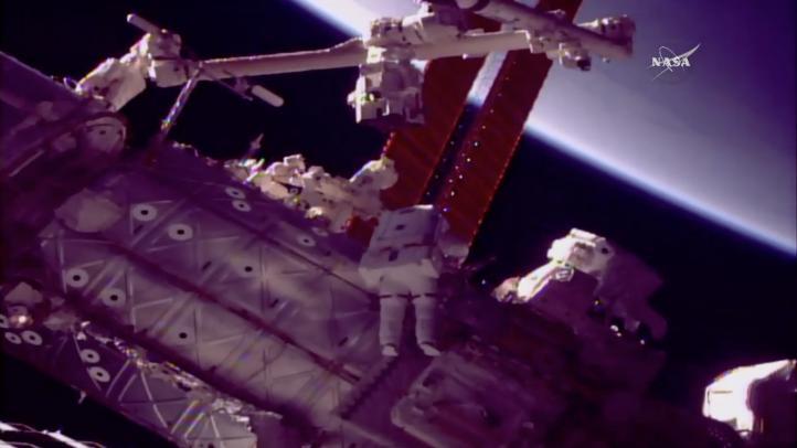 Astronautas instalan nueva mano a brazo robot de EEI