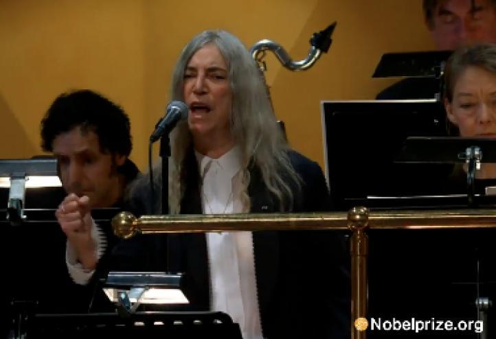 Patti Smith homenajea al ausente Bob Dylan, en la ceremonia del Nobel; nerviosa, para al inicio de la canción