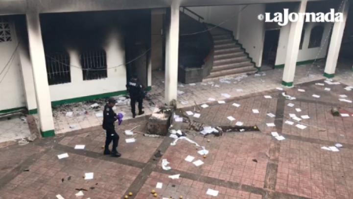 Pobladores de Catemaco incendian la alcaldía, en defensa de su sacerdote