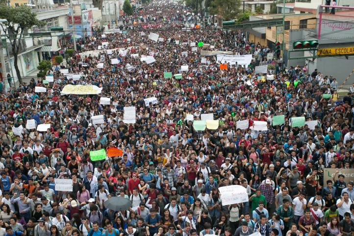 Miles de estudiantes protestan por cambios en reglamento del IPN
