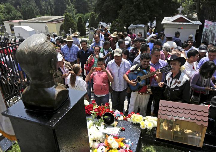 Cientos recuerdan a Pedro Infante en el panteón Jardín