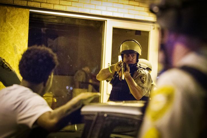 Policía arresta a más de 20 personas durante protesta en Ferguson