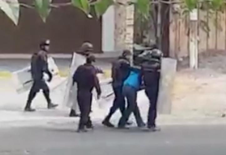 Policía estatal agrede a maestros durante marcha en el puerto de Lázaro Cárdenas