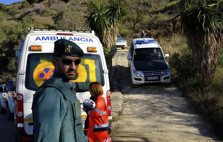 Buscan a menor que cayó en un pozo en España