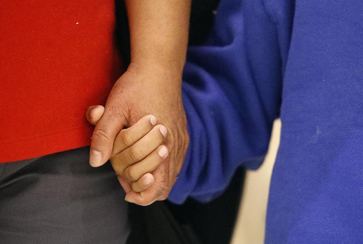 Se reúnen madre migrante y su hijo tras un mes sin verse