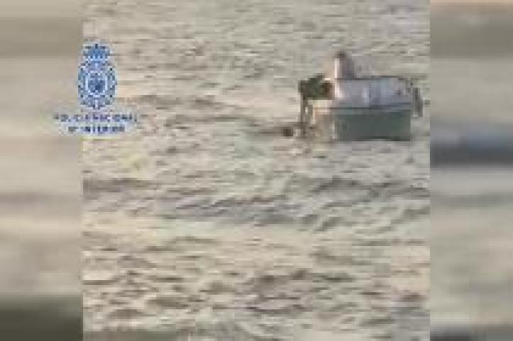 Rescatado al saltar de una embarcación de Salvamento Marítimo