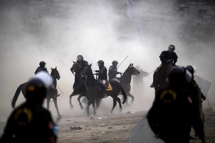 Se enfrentan invasores de zona arqueológica y policías en Perú