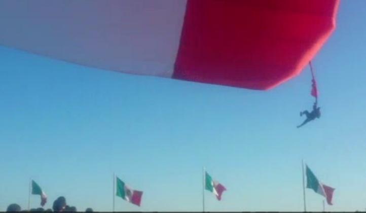Soldado se enreda con bandera, sale volando