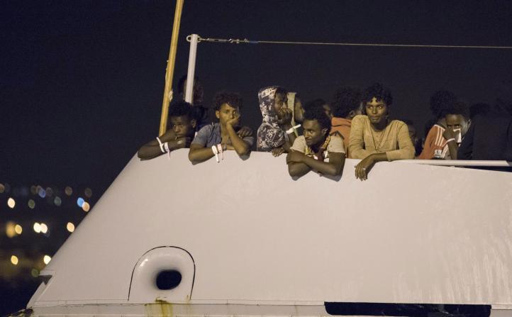 Italia deja desembarcar a migrantes tras plan de reubicación