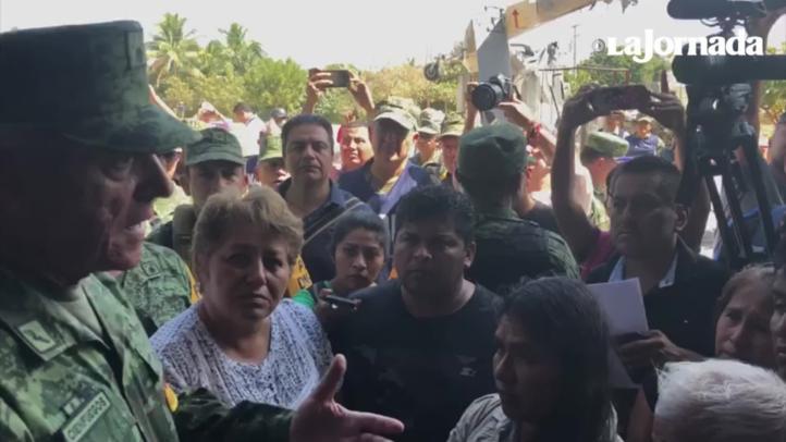 El secretario de la Defensa Nacional ofrece apoyo a los habitantes de Santiago Jamiltepec