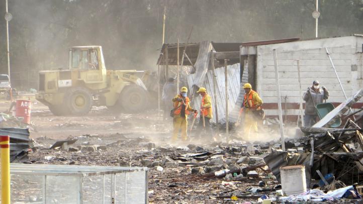 Comienzan retiro de escombros en el mercado de San Pablito