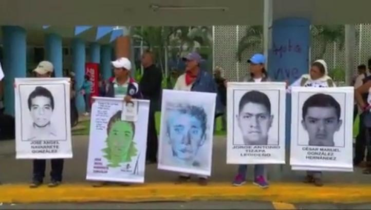 Normalistas y familiares de desaparecidos bloquean aeropuerto de Acapulco