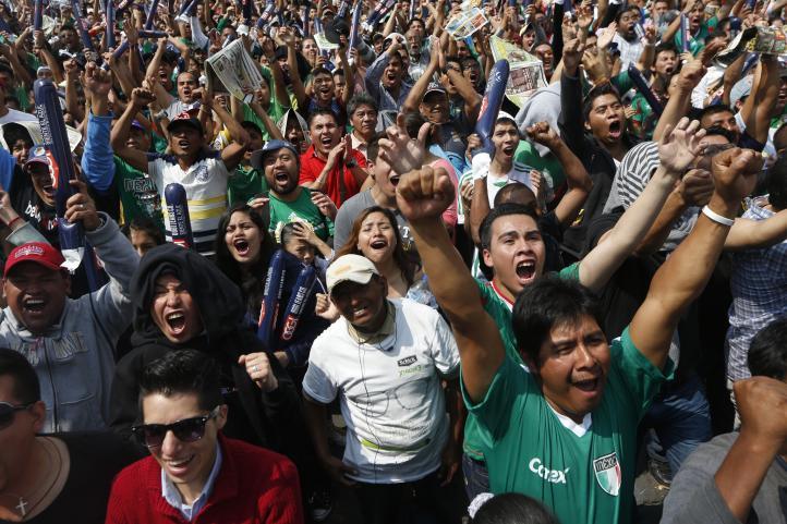 Festejan en el Zócalo primer gol de México