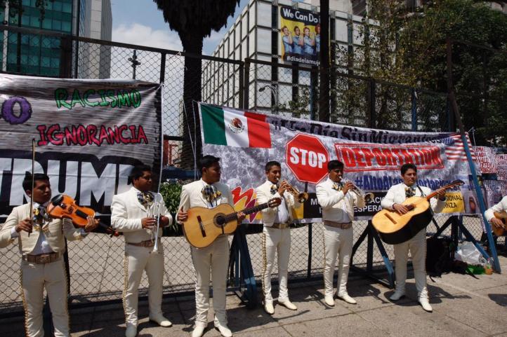 Llevan serenata a la embajada de Estados Unidos