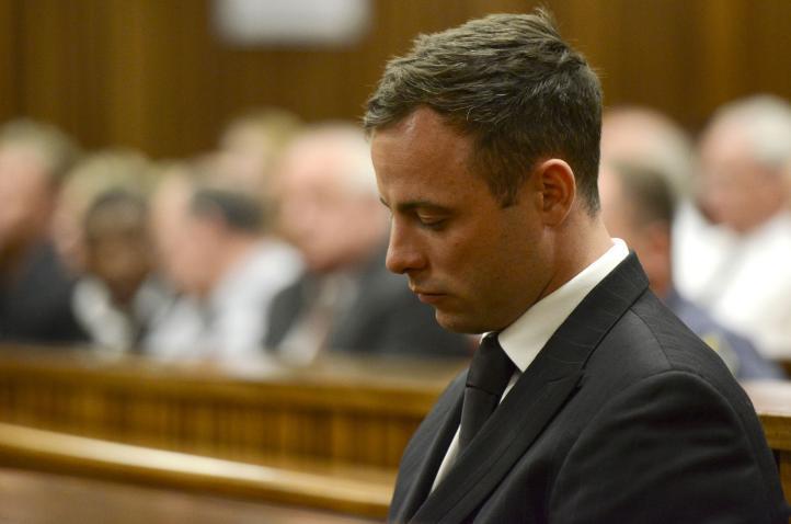 Sentencian a Pistorius a cinco años por muerte de su novia