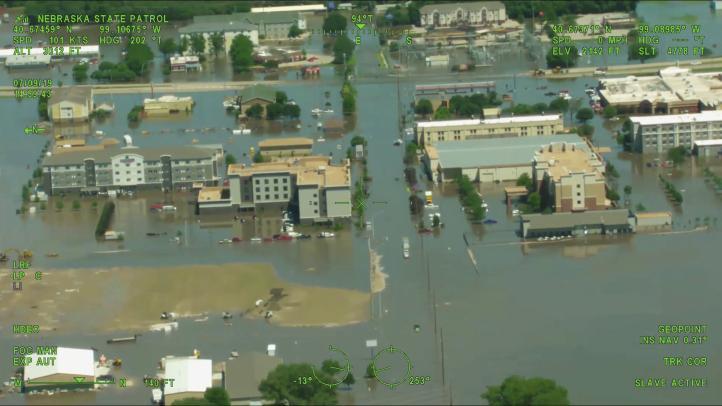 Rescatan a residentes varados por inundaciones en Nebraska