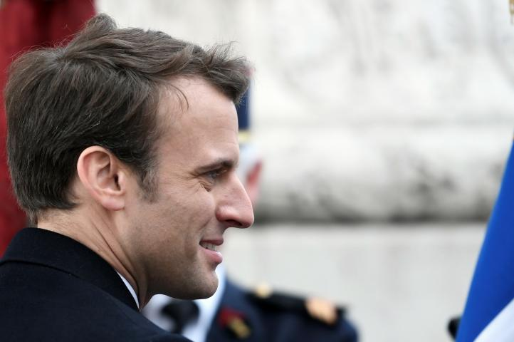 Un día después de su triunfo, Macron acude a una ceremonia oficial