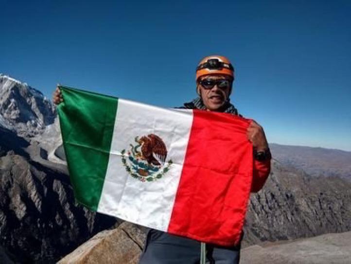 Cuerpo de alpinista que murió en Perú arriba a Ecatepec