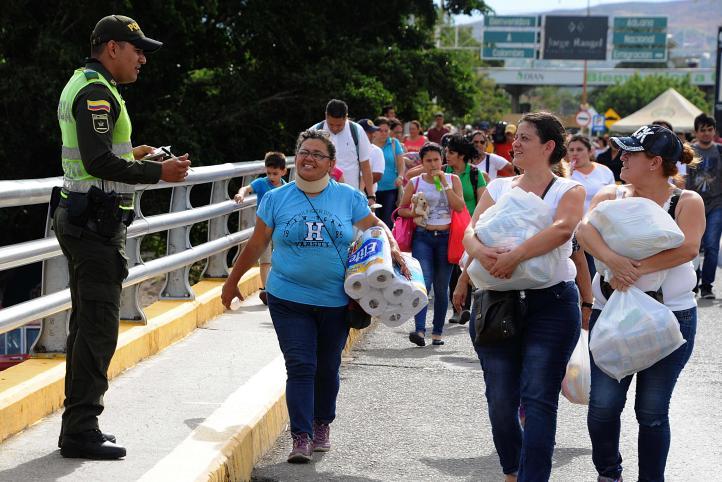 Venezolanos cruzan a Colombia para comprar víveres
