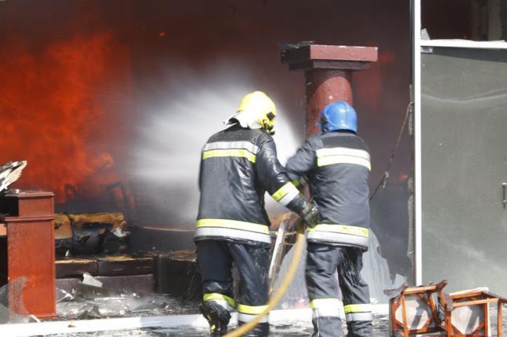 Tras cinco horas, controlan incendio en plaza comercial de Ixtapaluca