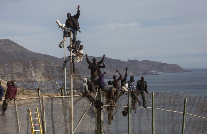 Repelen intento de migrantes de entrar a Melilla