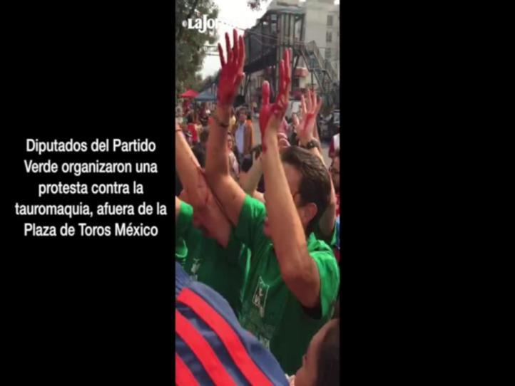 Diputados del Partido Verde protestan afuera de la Plaza de Toros México
